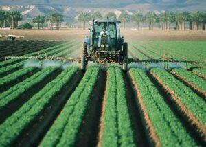 Landmand sprøjter gift - resultatet er forurenet vand